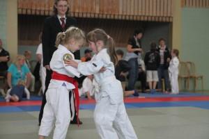 Zwei junge Judoka im Wettkampf