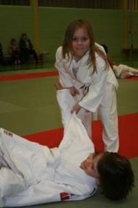 Judoka macht Wurfübungen