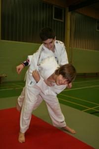 Judoka macht Würfübungen