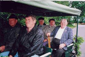 Unsere Ehrenmitglieder. Hinten v. li. Willi Claussen, Otto Hansen, Willi Witt vorn re. Hans-Peter Hinrichs im Umzugswagen