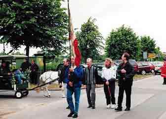 Umzug im Jahr 2000, vorn im Bild die Fahne des TSV mit Flaggenträger Burkhard Dittmann, gefolgt von den Mitgliedern des Vorstands