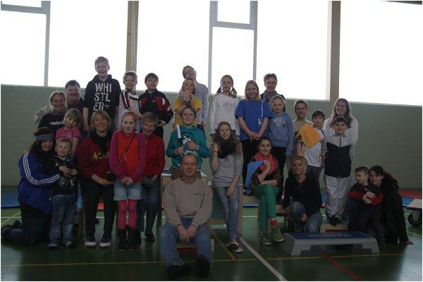 Kinder aus der Judosparte, den Tanz- und Turngruppen und dem Kindergarten zusammen mit dem Vereinsvorstand (Dörte Junge-Urbahns, Andreas Schoppe, Ute Wellnitz, Garvin Dithmer)