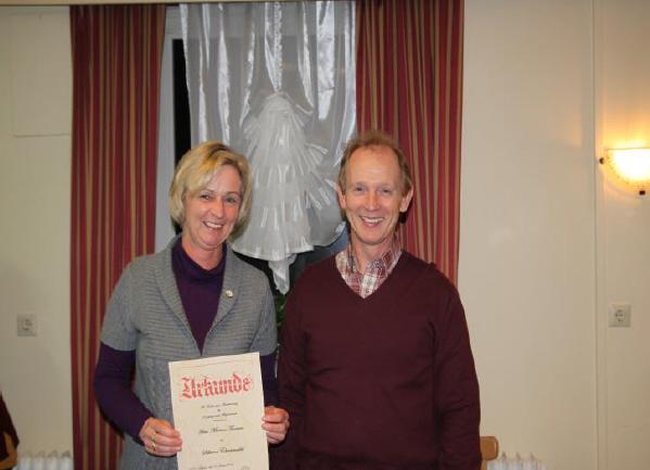Vorstandsvorsitzender Andreas Schoppe ehrt Martina Thomsen für ihre langjährige Mitgliedschaft.