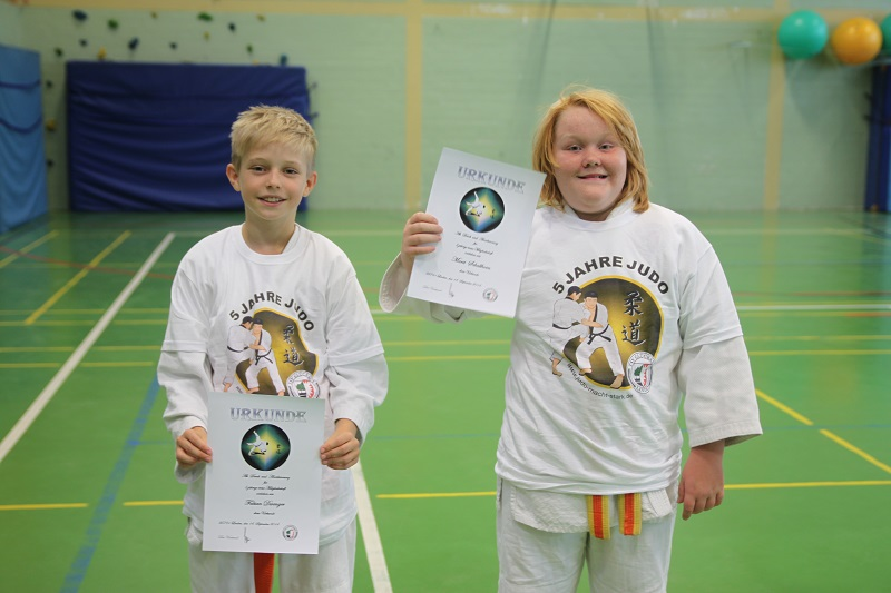 Fabian und Marit werden für 5 Jahre Judo geehrt.