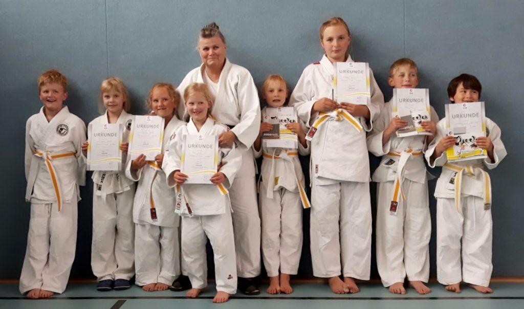 Die stolzen Prüflinge mit Prüferin Helga Jurman